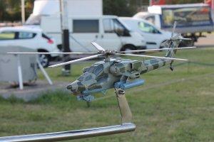 Распечатанная на 3д принтере и окрашенная модель вертолета ми-28