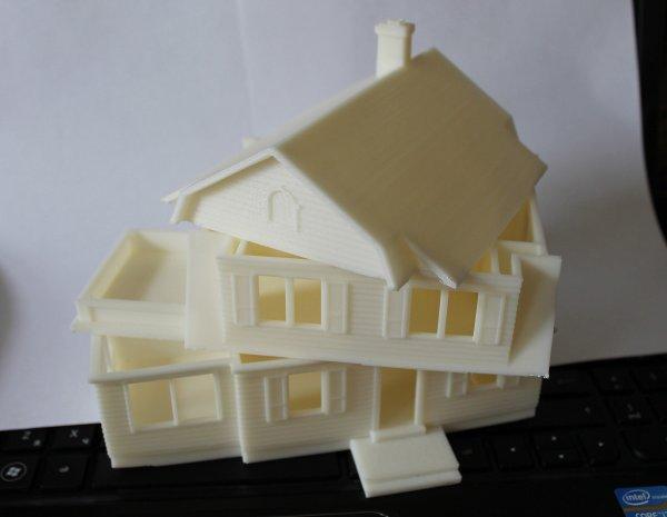 отпечатанный на 3д принтере из пластика макет дома